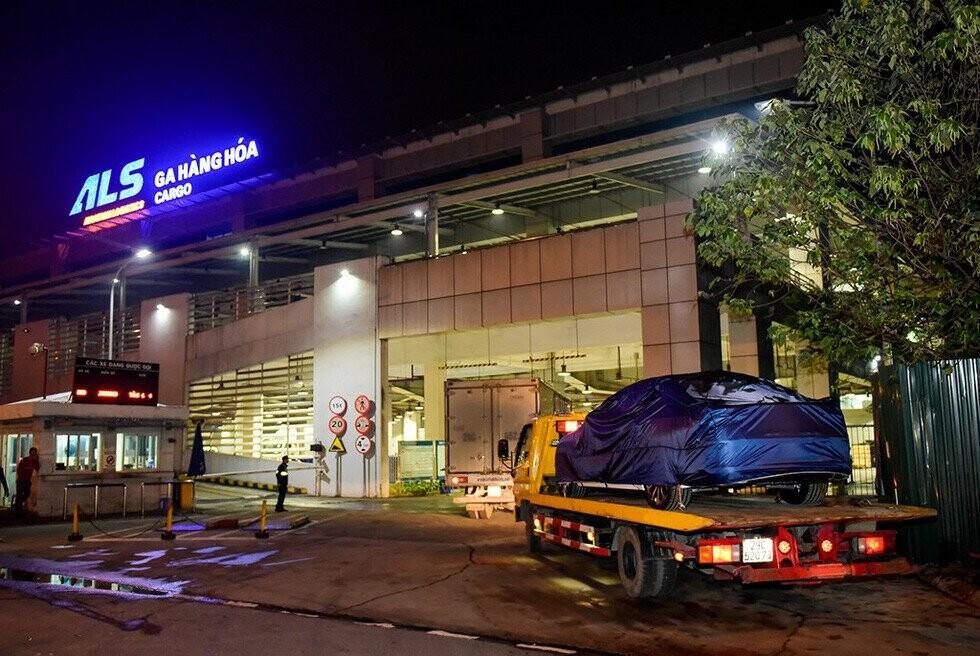 Xe được vận chuyển đến ga hàng hóa ở sân bay trong đêm chuẩn bị ra nước ngoài - Ảnh VF