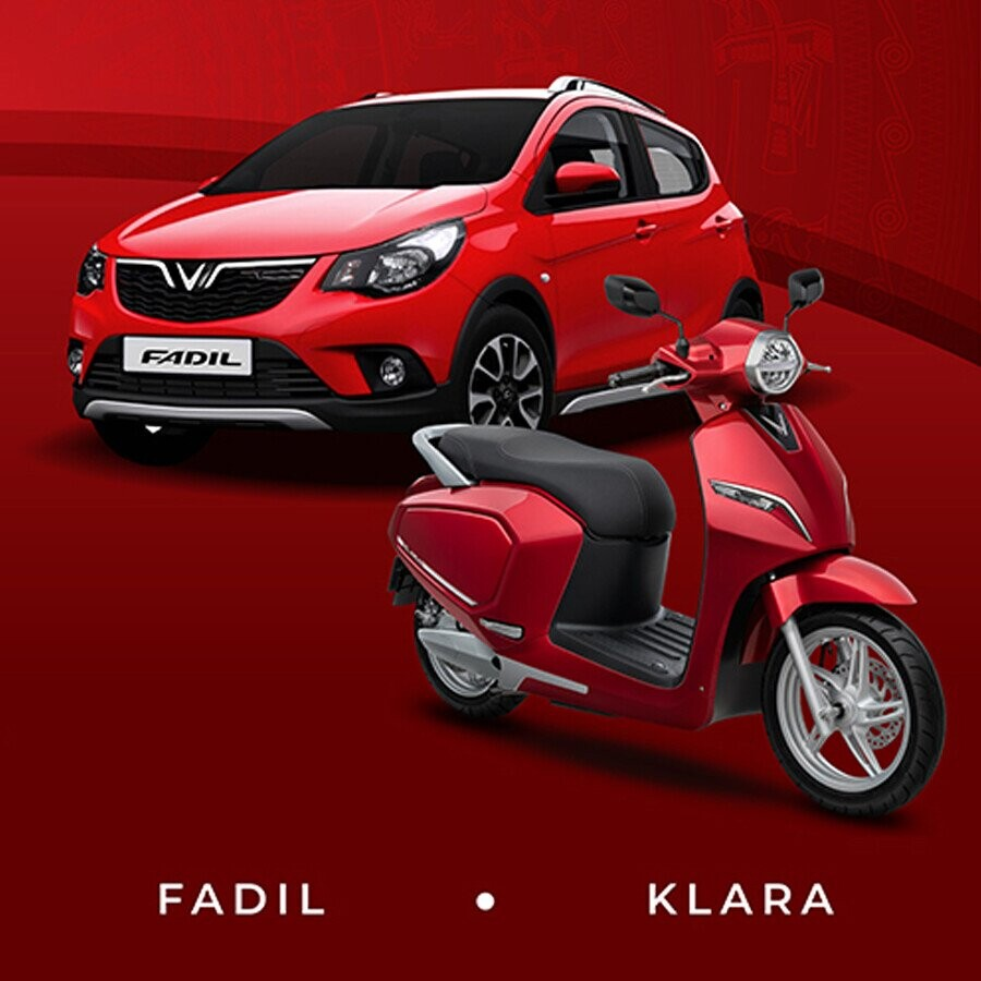 Ôtô cỡ nhỏ Fadil và xe máy điện Klara xuất hiện trên bảng quảng cáo tại một toà nhà ở Hà Nội.