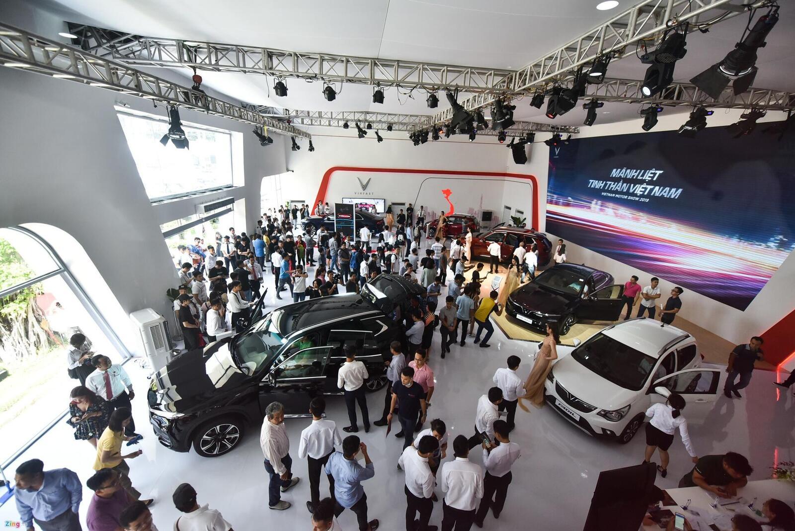 Nằm ngoài khu triển lãm chung của các hãng xe nhưng gian trưng bày xe VinFast luôn đông nghịt người từ lúc mở cửa tới khi đóng cửa.