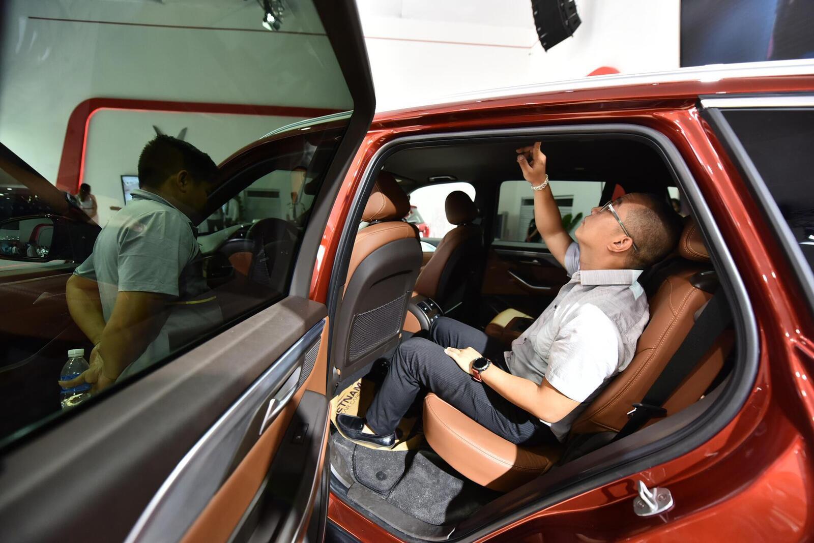 Ngoài chiêm ngưỡng kiểu dáng, nội thất, người xem đặc biệt quan tâm đến hệ thống máy của các mẫu xe VinFast.