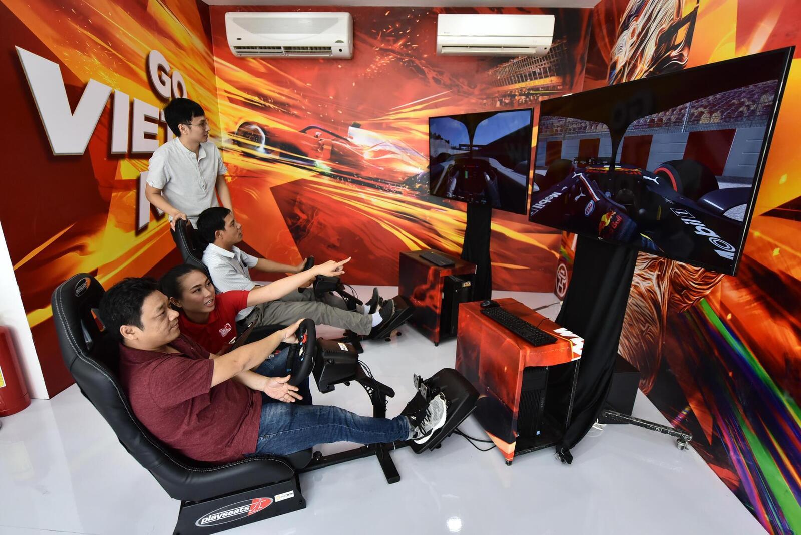 Với các fan đam mê tốc độ, VinFast còn mang đến cơ hội trải nghiệm cảm giác của một tay đua công thức 1 thông qua trò chơi đua xe giả lập hiện đại. Hình ảnh đường đua chính là Mỹ Đình, nơi sẽ diễn ra chặng đua F1 VinFast Vietnam Grand Prix vào tháng 4/2020.