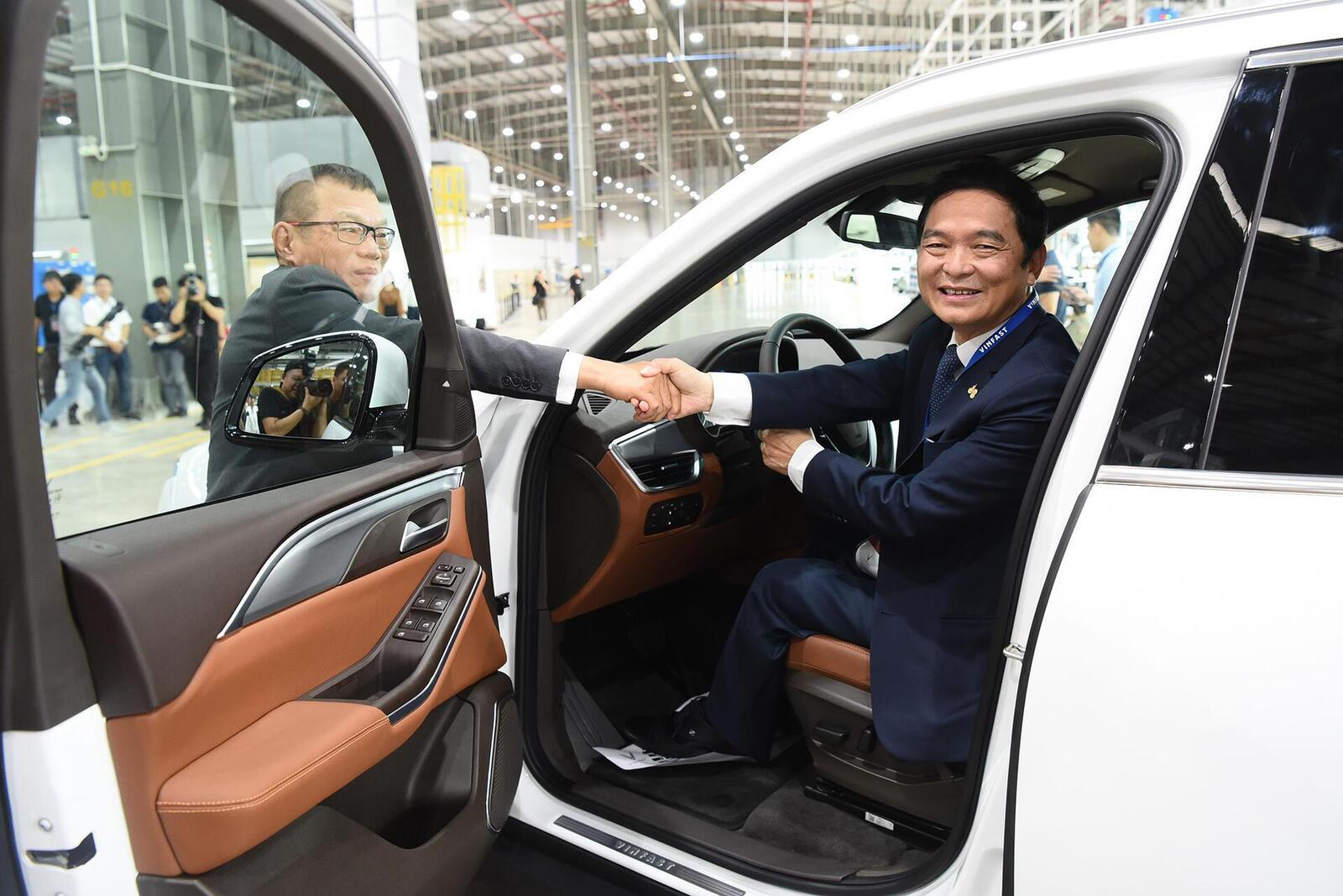 Ông Lê Viết Hải, Tổng giám đốc công ty cổ phần Tập đoàn Xây dựng Hoà Bình là một trong những khách hàng đầu tiên được nhận xe tại nhà máy.