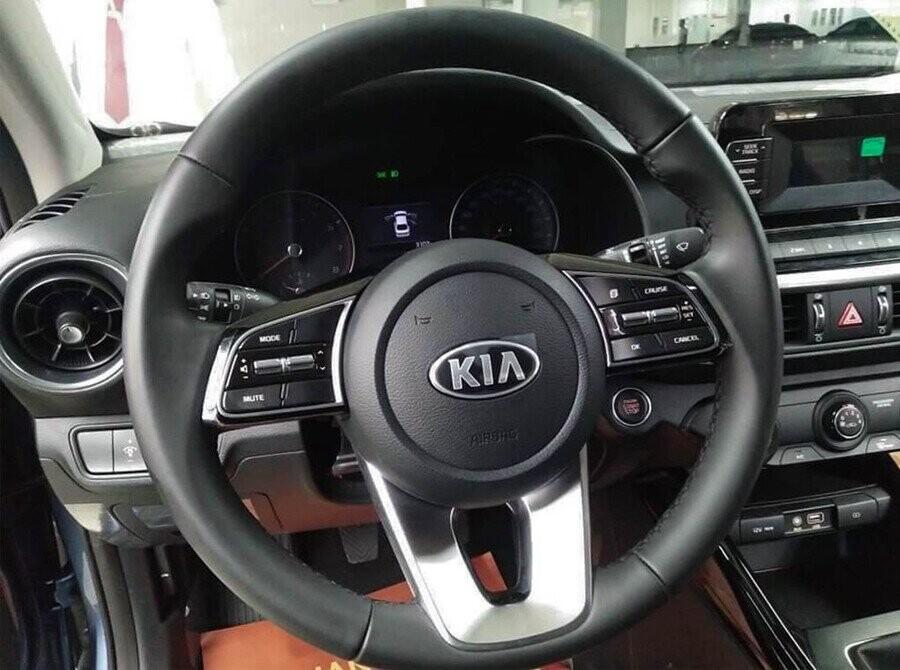 Thiết kế vô-lăng có tích hợp hệ thống ga tự động (Cruise Control). Đèn điều chỉnh góc chiếu cao/thấp
