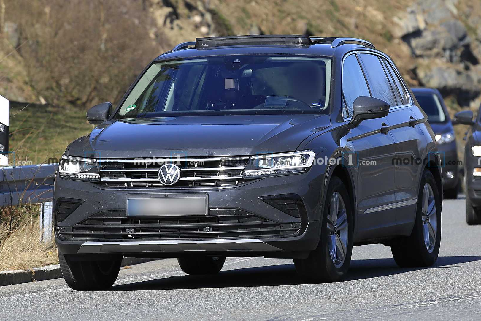 volkswagen-tiguan-facelift-spy-photo-1.jpg