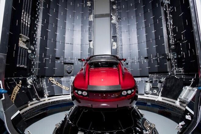 xe-dien-tesla-roadster-phong-vao-vu-tru-da-di-duoc-1-28-ty-km-1.jpg