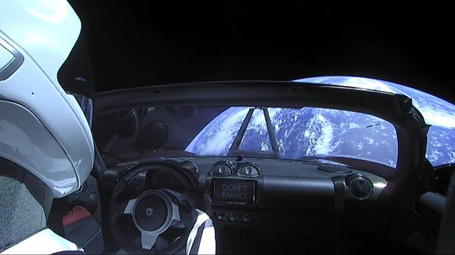 xe-dien-tesla-roadster-phong-vao-vu-tru-da-di-duoc-1-28-ty-km-2.jpg