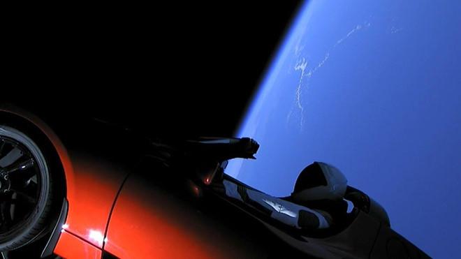 xe-dien-tesla-roadster-phong-vao-vu-tru-da-di-duoc-1-28-ty-km-3.jpg