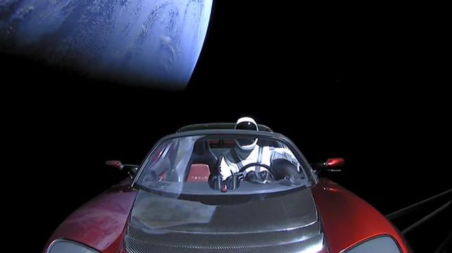 xe-dien-tesla-roadster-phong-vao-vu-tru-da-di-duoc-1-28-ty-km-4.jpg