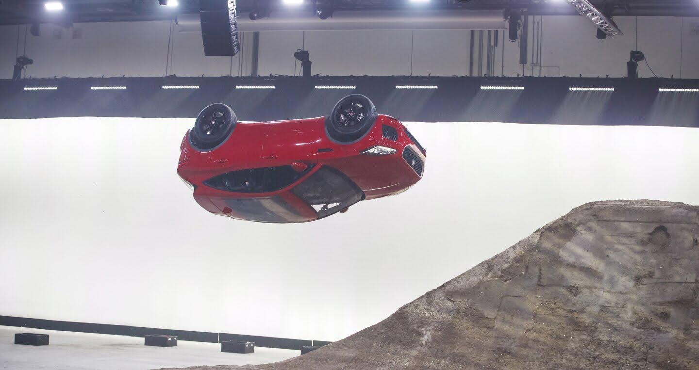 Xe Jaguar mới phá kỷ lục Guinness khi bay xa 15,3m - Hình 4