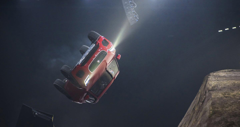 Xe Jaguar mới phá kỷ lục Guinness khi bay xa 15,3m - Hình 5