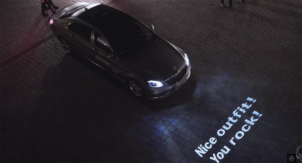 Xe Mercedes dùng đèn pha giao tiếp với người đi đường - Hình 1