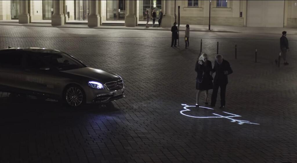Xe Mercedes dùng đèn pha giao tiếp với người đi đường - Hình 2