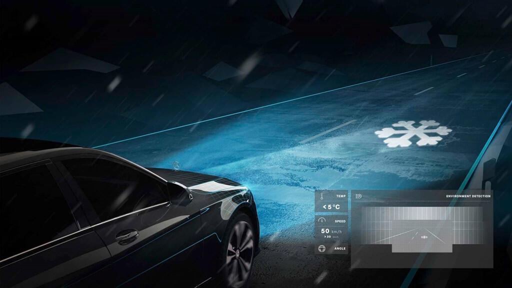 Xe Mercedes dùng đèn pha giao tiếp với người đi đường - Hình 3