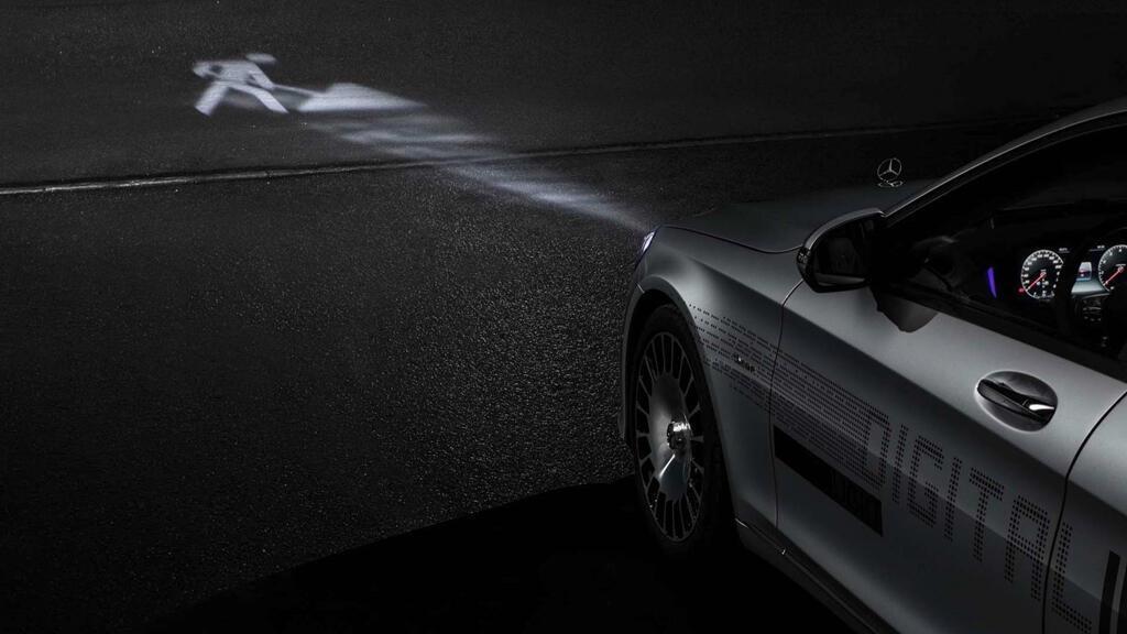 Xe Mercedes dùng đèn pha giao tiếp với người đi đường - Hình 5