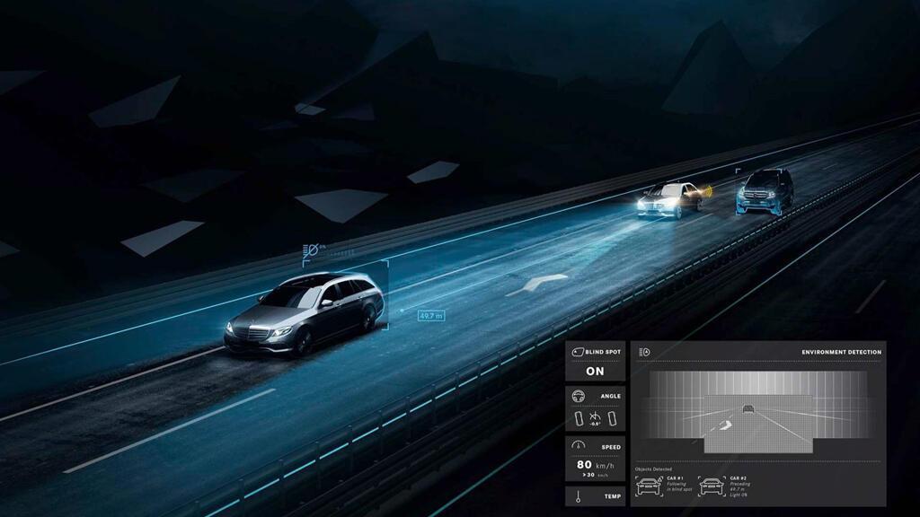 Xe Mercedes dùng đèn pha giao tiếp với người đi đường - Hình 6
