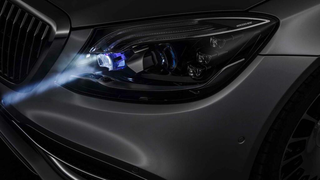 Xe Mercedes dùng đèn pha giao tiếp với người đi đường - Hình 7