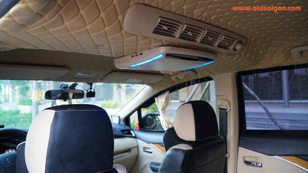 Trần xe được trang bị thêm màn hình giải trí phụ kết nối với màn hình chính để phục vụ các dãy ghế sau