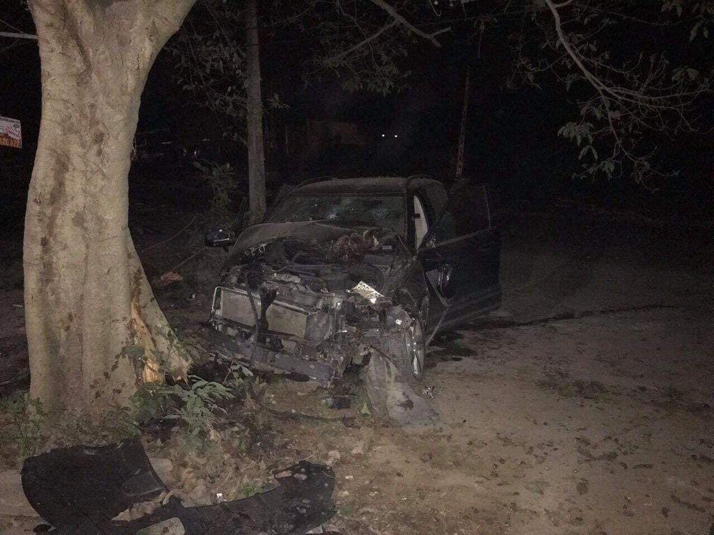 """Zotye Z8 tai nạn """"nát bét"""" đầu xe, 2 người trên xe bình an vô sự - Hình 1"""